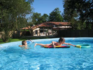 Maison de piscine for Piscine de lumbres